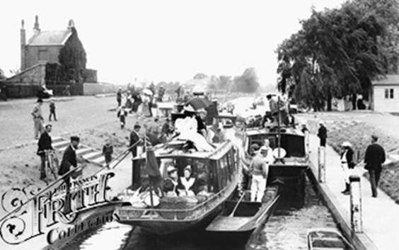 1896: Houseboats in Molesey Lock, Francis Frith